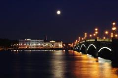 都市风景晚上彼得斯堡 免版税库存图片