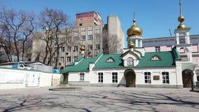 都市风景有教堂的看法在街道Svetlanskaya上的 股票视频