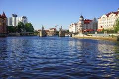 都市风景有河的看法和城市的建筑学有各种各样的吸引力的 免版税库存照片