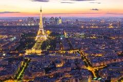 都市风景有艾菲尔铁塔看法有巴黎市地平线的在n 免版税库存图片