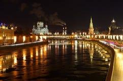 都市风景有莫斯科河和堤防的看法,莫斯科,俄罗斯 库存照片