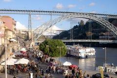 都市风景波尔图ribeira地方,有铁桥梁和河的有小船的 免版税库存图片