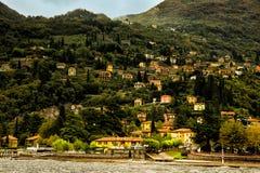 都市风景瓦伦纳科莫湖,意大利 免版税图库摄影