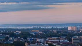 都市风景的Timelapse在有雾的早晨 Residental地区在夏天日出期间的小城市郊外 影视素材
