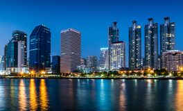 都市风景看法与大厦光的夜在曼谷,泰国 免版税库存照片