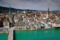 都市风景苏黎世、Fraumunster和圣皮特圣徒・彼得教会,瑞士 免版税图库摄影