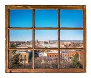 都市风景视图通过葡萄酒窗口 库存图片
