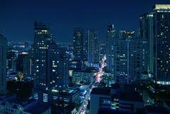 都市风景难以置信的鸟瞰图与曼谷街市摩天大楼的在深蓝颜色的晚上 免版税库存照片