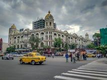 都市风景,著名的城市道路的交通在广场附近的有一辆黄色出租汽车的在 库存图片