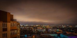 都市风景 一个晚上城市的看法有一个公寓的在多云天气的边前面的 免版税图库摄影
