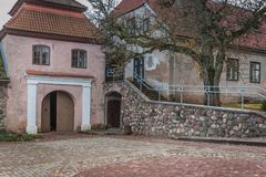 都市风景 庭院 保存良好的大厦、街道和塔在一个小被围住的中世纪镇有罗马式的例子的和 库存照片
