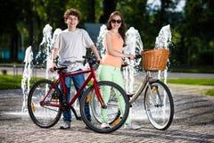 都市骑自行车-十几岁和自行车在城市 图库摄影