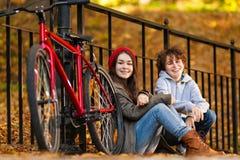 都市骑自行车-十几岁和自行车在城市 免版税库存图片