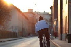 都市,城市骑自行车者从后面 免版税库存图片