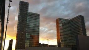 都市巴黎天空橙色日落覆盖在bnf的镜子 免版税库存照片