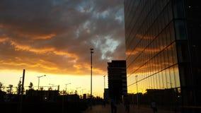 都市巴黎天空橙色日落覆盖在bnf的镜子 库存图片