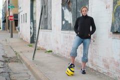 都市2个女孩的足球 库存图片