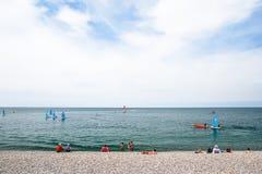 都市Pebble海滩在Etretat镇,法国 免版税库存照片