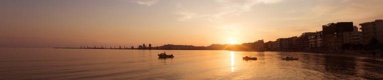 都拉斯,日落的阿尔巴尼亚港  跨接布鲁克林市曼哈顿新的晚上全景地平线视图约克 免版税库存图片