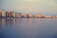 都拉斯,阿尔巴尼亚- 2018年6月:从海的看法市的都拉斯在亚得里亚海 库存照片