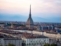 都灵和痣Antonelliana圆顶地平线和晚上视图  免版税库存图片