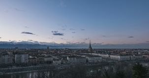 都灵时间间隔,对夜间流逝的天在托里诺,意大利,与剧烈的天空的地平线在阿尔卑斯,风景城市点燃打开 股票录像