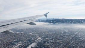 都灵鸟瞰图 托里诺都市风景从上面,意大利 冬天、雾和云彩在skylline 烟雾和大气污染 免版税库存图片