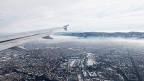 都灵鸟瞰图 托里诺都市风景从上面,意大利 冬天、雾和云彩在skylline 烟雾和大气污染 免版税库存照片