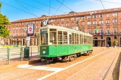 都灵,山麓,意大利, 2017年8月19日 在塑象的传统电车 免版税库存图片