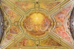都灵,意大利,2017年:天使的天花板壁画与连祷的marianic题字的在教会切萨二博洛尼亚圣方济各教堂的 免版税库存照片