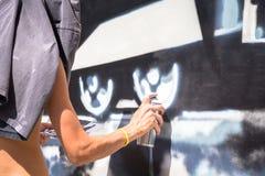 都灵,意大利- 2018年6月07日:匿名街道画艺术家工作 免版税库存图片
