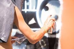 都灵,意大利- 2018年6月07日:匿名街道画艺术家工作 免版税库存照片