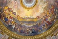 都灵,意大利- 2017年3月15日:三位一体壁画在荣耀的在教会基耶萨della Santissima Trinita圆屋顶  免版税库存图片