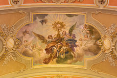 都灵,意大利- 2017年3月13日:天使的圣餐崇拜壁画在教会基耶萨di Santo Tomaso天花板的  库存照片