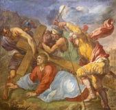 都灵,意大利- 2017年3月13日:耶稣的秋天壁画在十字架下在教会基耶萨di圣诞老人Teresia里乔凡尼保罗Recchi 库存照片