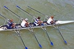 都灵,意大利5月05日2014运动员在Po享受户外体育,他们荡桨 免版税库存图片