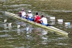 都灵,意大利5月05日2014运动员在Po享受户外体育,他们荡桨 库存图片