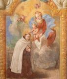 都灵-十字架的玛丹娜和大概圣约翰壁画在礼拜堂里在教会基耶萨di圣诞老人特里萨里 免版税库存照片
