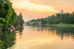 都灵(托里诺),在日出的河Po和小山 库存照片