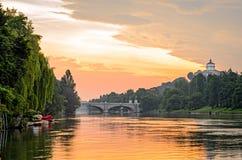 都灵(托里诺),在日出的河Po和小山 库存图片