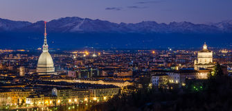 都灵(托里诺),有痣的Antonelliana夜全景和阿尔卑斯 免版税库存照片