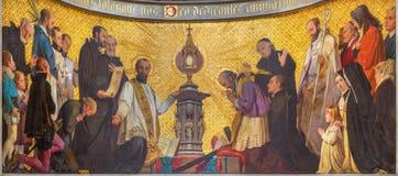 都灵- holys的崇拜的符号壁画在圣餐前面的在教会基耶萨di圣Dalmazzo里 库存照片
