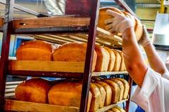鄂木斯克,俄罗斯- 2014年12月19日:在面包工厂的Wokers 图库摄影