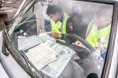 鄂木斯克,俄罗斯- 2015年7月10日:交通警袭击 免版税库存图片