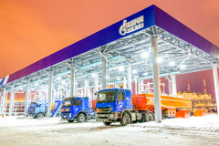 鄂木斯克,俄罗斯- 2011年12月6日:俄罗斯天然气工业股份公司加油站 库存照片