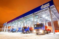 鄂木斯克,俄罗斯- 2011年12月6日:俄罗斯天然气工业股份公司加油站 免版税图库摄影