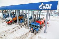 鄂木斯克,俄罗斯- 2011年12月6日:俄罗斯天然气工业股份公司,加油站 免版税库存照片