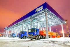 鄂木斯克,俄罗斯- 2011年12月6日:俄罗斯天然气工业股份公司,加油站 库存照片