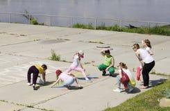 鄂木斯克,俄罗斯- 2015年6月01日:在户外协调比赛的过程中孩子 免版税库存图片