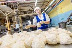 鄂木斯克,俄罗斯- 2014年12月19日:在面包工厂的Wokers 免版税图库摄影